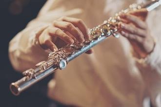 Casting attore intonato in grado di suonare violino o flauto traverso per spettacolo teatrale