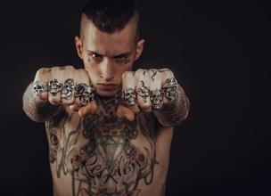 Si cercano uomini tatuati di tutte le età per serie TV