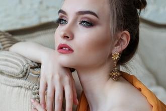 Agenzia ricerca varie figure femminili perspot pubblicitario di gioielli