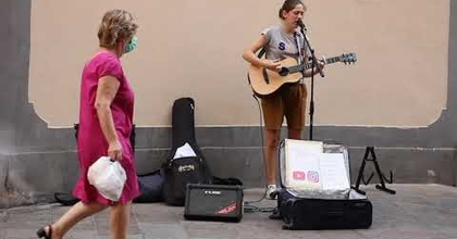 """Somebody that I used to know"" cover (Busking in Italy)"